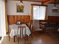 Jídelna a obývací pokoj - chata k pronájmu Janovičky