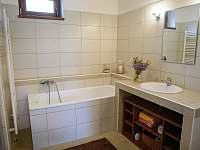 koupelna s vanou a sprchovým koutem - chalupa k pronajmutí Zderaz
