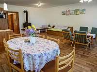 kuchyň s obývacím pokojem - 1 postel + přistýlka - chalupa k pronájmu Zderaz