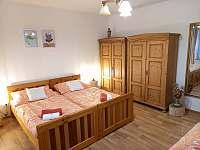 manželská postel v ložnici - pronájem chalupy Zderaz