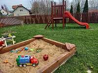 Oplocené dětské hřiště (50 m od chalupy) - Zderaz