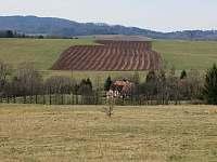 Pohled z dálky na chalupu - Vižňov
