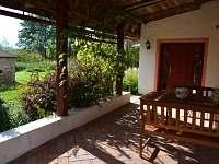Terasa a v pozadí zahradní domek