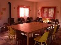 Společenská místnost s krbovými kamny - pronájem chatek Náchod