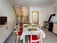kuchyňka s posezením a sociálním zařízením