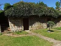 Dvorek se sklepy Roubenka U Oveček - chalupa k pronajmutí Hvězda u Kuksu