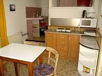 Jídelní koutek, pohled od vchodových dveří, vzadu je kuchyňka