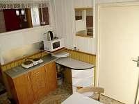 Vybavení u jídelního koutku, vpravo dveře do technické místnosti