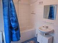 Koupelna 1 (vana, WC) - chalupa k pronajmutí Jívka u Adršpachu