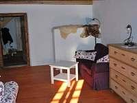 obývací pokoj s pecí