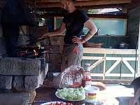 Letní kuchyně s sporákem, ohništěm a grillem - ubytování Horní Radechová