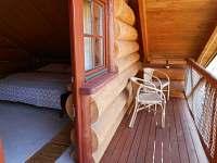 rozkládací gauč na tří až čtyřlůžkovém pokoji s balkonem