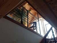 Pohled z přízemí do patra