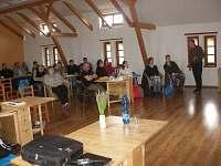 Prostorná společenská místnost, kde příležitostně probíhají i tématické semináře
