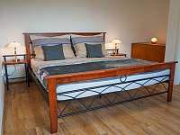 Ložnice s manželskou postelí - apartmán ubytování Hradec Králové