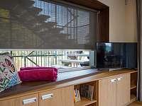 Posezení na parapetu v obývacím pokoji - apartmán ubytování Hradec Králové