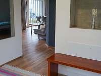 Vstupní hala - pohled do obývacího pokoje - pronájem apartmánu Hradec Králové