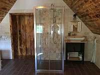 Koupelna v prvním patře - sprchový kout - chalupa k pronajmutí Česká Metuje