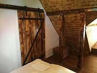 Ložnice Viktorka - dveře do koupelny v prvním patře - chalupa k pronájmu Česká Metuje