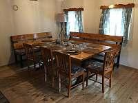 Velký jídelní stůl ve světnici - chalupa k pronájmu Česká Metuje