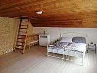 ložnice s dětskou postýlkou - pronájem chalupy Božanov