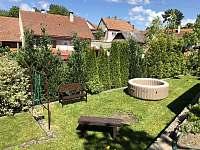 zahrada s posezením - pronájem chalupy Vítějeves