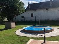Bazén s přídavnými schůdky - pronájem apartmánu Vyžice - Slavkovice