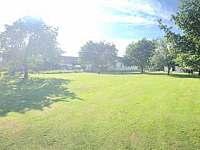 Pohled ze zadní části zahrady dopředu - apartmán k pronájmu Vyžice - Slavkovice