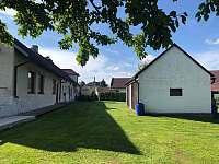 Pohled ze zahrady, vlevo apartmán, vpravo garáž - pronájem Vyžice - Slavkovice