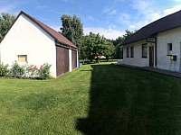 Vlevo garáž - apartmán ubytování Vyžice - Slavkovice