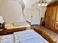 ložnice v přízemí 3 lůžka - chalupa k pronájmu Vernéřovice