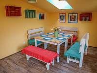 Společenská místnost s kuchyňkou - apartmán k pronajmutí Libečov