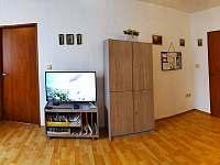 ve společné místnosti je Tv - rekreační dům k pronajmutí Hronov