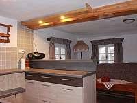 Kuchyňský kout a obývací část - pronájem roubenky Cidlina