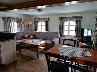 Obývací část + jídelní stůl - roubenka k pronajmutí Cidlina