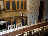 Jídelní stůl ve společné kuchyni - Heřmánkovice - Janovičky