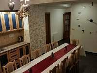 Velký jídelní stůl - chalupa k pronajmutí Heřmánkovice - Janovičky