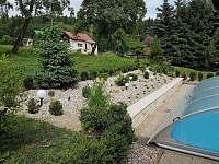Venkovní bazén se zatahovací střechou - chalupa ubytování Heřmánkovice - Janovičky