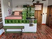 Kuchyň s pecí se spaním - chalupa k pronájmu Vysočina - Rváčov