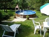 pohled do zahrady bazé,venkovní gril - chalupa k pronajmutí Olešnice u Červeného Kostelce