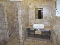 druhá koupelna se sprchovým koutem v přízemí - chalupa k pronájmu Byzhradec