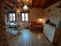 Obývací pokoj, jídelna, kuchyně - chalupa ubytování Zhoř