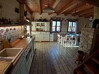 Obývací pokoj, jídelna, kuchyně - pronájem chalupy Zhoř