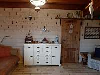 Obývací pokoj, jídelna, kuchyně - chalupa k pronájmu Zhoř
