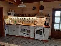 Obývací pokoj, jídelna, kuchyně - chalupa k pronajmutí Zhoř