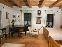 apartmán za  pecí s  klavírem