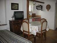 horní malý apartmán - pokoj s TV a kuch.koutem