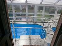 vnitřní vchod k bazénu - pronájem rekreačního domu Škrdlovice