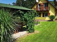 pohled od pergoly - chata ubytování Skála