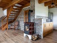 obývací pokoj v přízemí - pronájem chalupy Kameničky